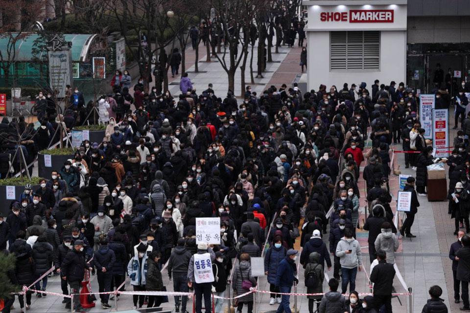 韓國民眾排隊買口罩