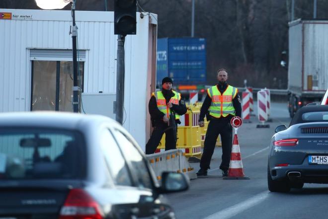 3月16日,在德國與奧地利邊境的德國城市基弗斯費爾登,德國警察在執勤。