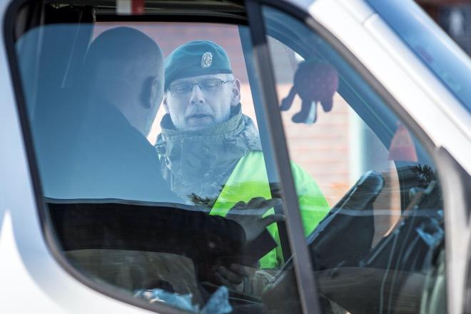 3月14日,在丹麥邊境城市勒茲比,警察詢問一名司機。