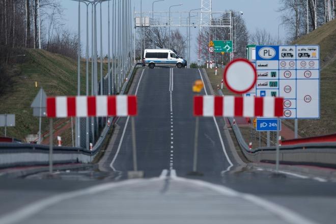 3月15日,在德國波蘭邊境拍攝的停在波蘭城市文克尼察街道上的警車。