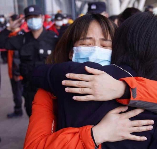 广东医疗队队员和负责对接工作的武汉市工作人员相拥告别。
