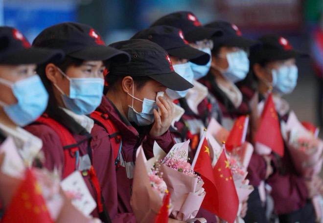 3月20日上午,广东省支援湖北武汉应对新冠肺炎疫情医疗队第一批队员在武汉站集合,部分队员情绪激动。