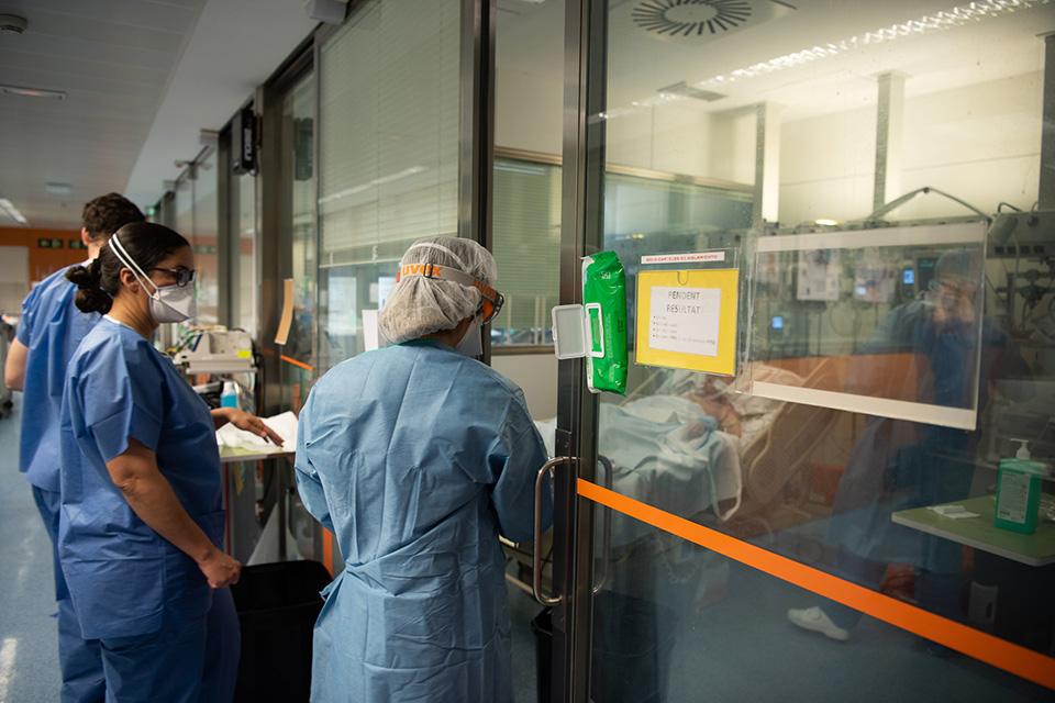 西班牙抗疫:預期壽命長者優先救治?