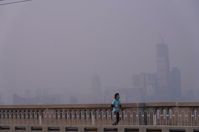 戴著口罩在長江大橋上跑步的市民。