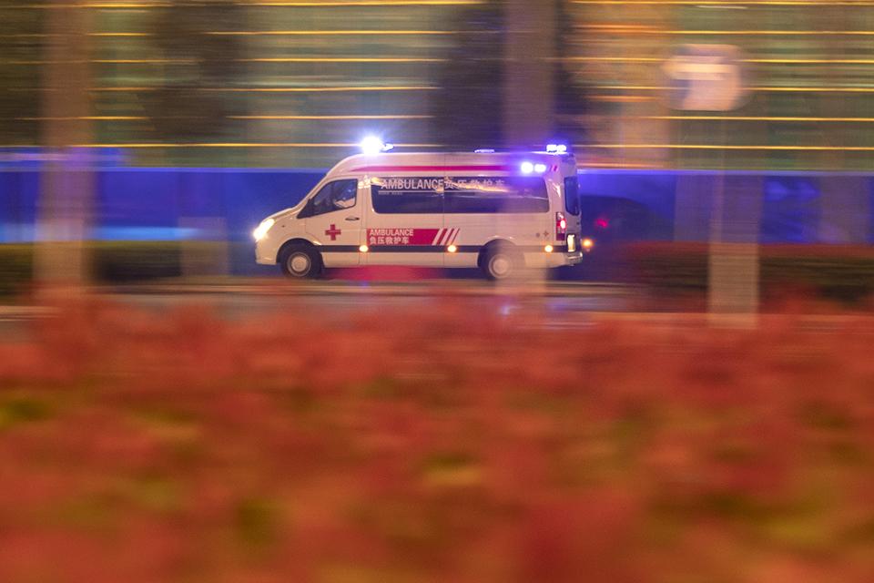 快评司机为让救护车闯红灯,交警主动撤销罚单,情与理共同为生命护航