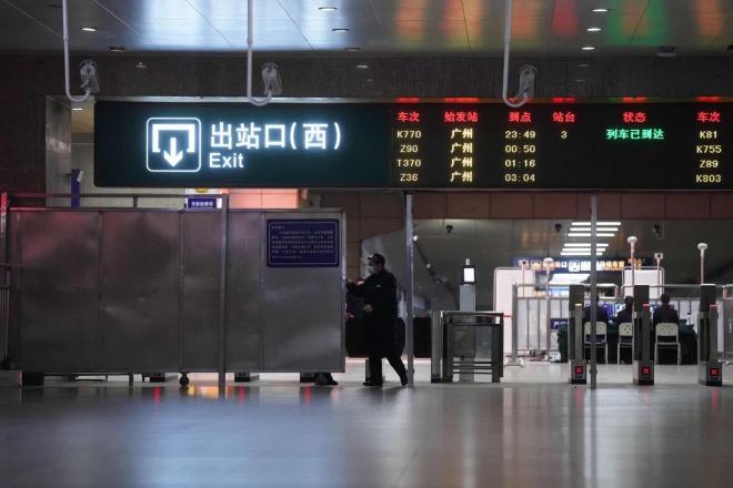 """武昌火車站出站口自1月23日封閉后,于3月28日重新開放到達業務,旅客""""只下不上""""。"""