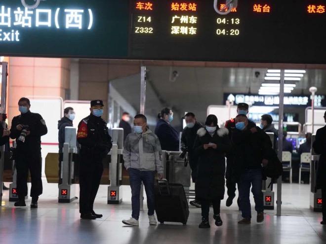 3月28日零時二十分,第一批乘客從到站口走出。