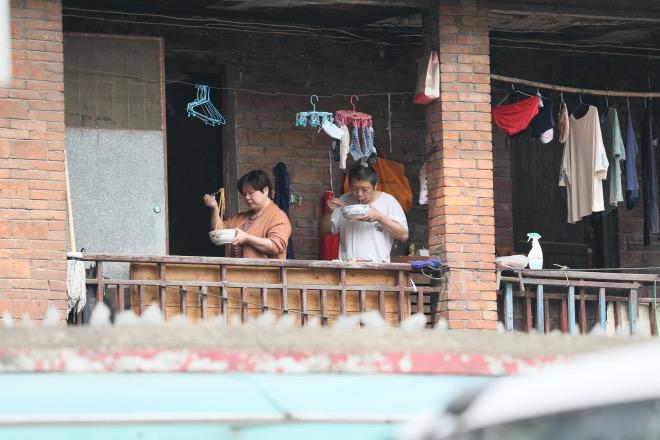 刘宇2- 2020年3月24日,家住汉口铭新街的一户人家在吃热干面。