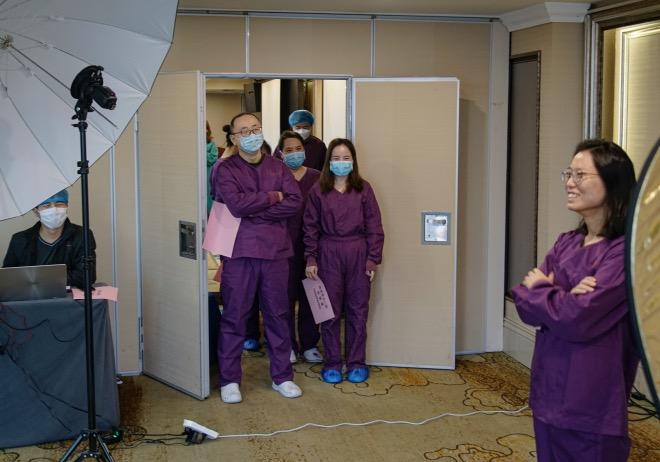 陳黎明5 - 2020年2月28日,中國攝影家協會攝影團隊在西安交通大學第二附屬醫院援鄂醫療隊駐地為醫護人員拍攝肖像,被拍攝的護士擺不出自然的姿勢,等候的隊員對她開起玩笑,加油打氣。