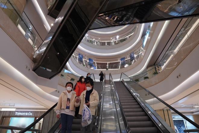武汉核心商圈主力商家近日纷纷重启,城市商业迎来复苏。