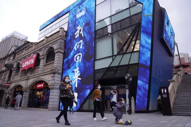 3月30日,武漢楚河漢街步行街重新開街。人們三三兩兩出來逛街、活動。