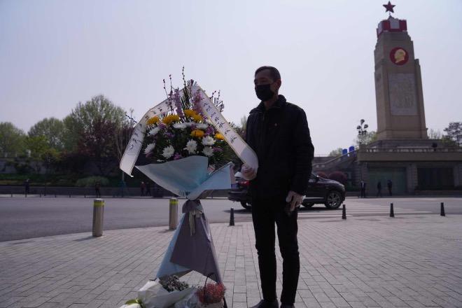 汉口江滩,有市民自发前来献花。2