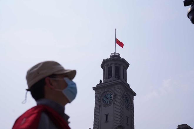 江汉关大楼下半旗。