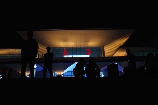 武昌站外等待入站的乘客。