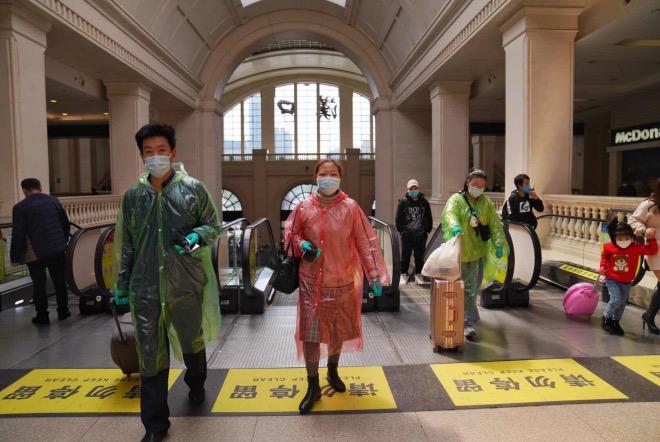 4月8日,不少乘客做好严密防护到汉口火车站乘车。2
