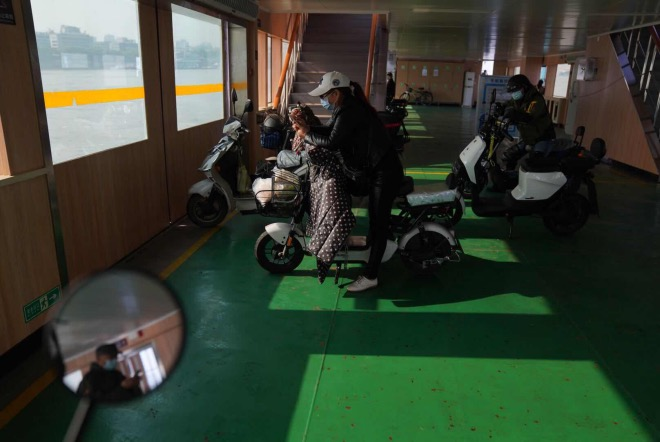 长江渡轮上的乘客。