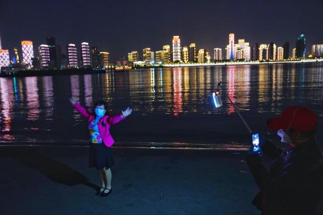 汉口江滩两位专门来拍照的市民。