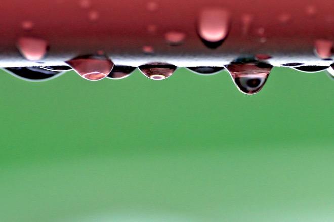 《大家小說|一顆雨滴》(圖文無關)那顆雨滴懸掛在一個紅色油漆的圓環上。