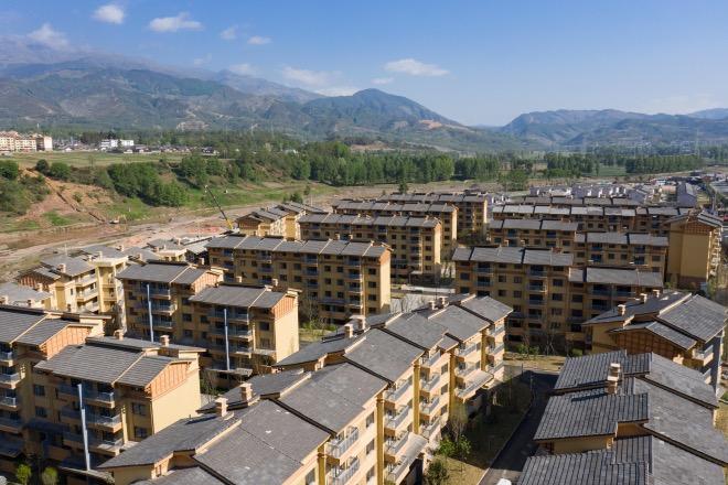 2020年5月10日無人機視角下的昭覺縣昭美社區集中安置點。安置點打造開放式街區,房屋主體設計主要采用了現代元素與民族風貌相結合的方式,道路、綠化等配套一應俱全。