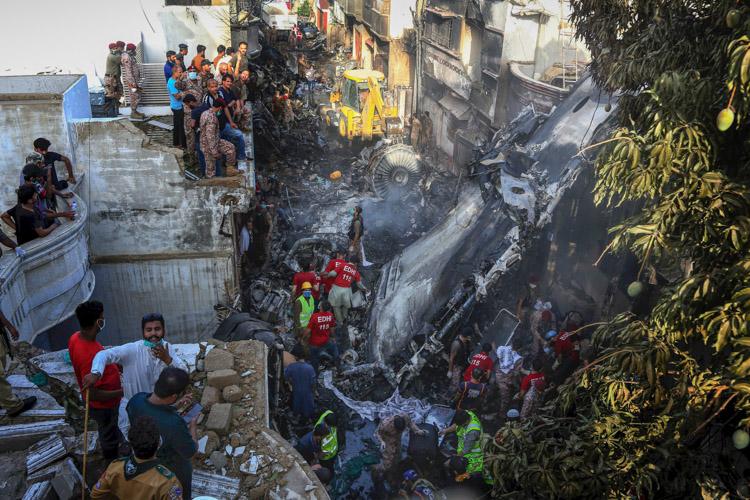 瞬間一周丨巴基斯坦一架客機墜毀