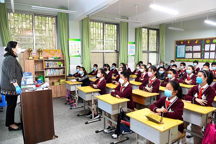 老师可以随意扔学生的书?
