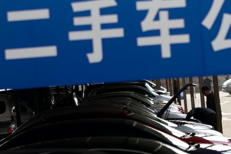 """《防范""""泡水车"""" 流入二手车市场》(图文无关)2019年,中国二手车交易量近1500万辆,交易额接近万亿。这一迅猛发展的产业需要配套更成熟的市场机制和制度保障。"""