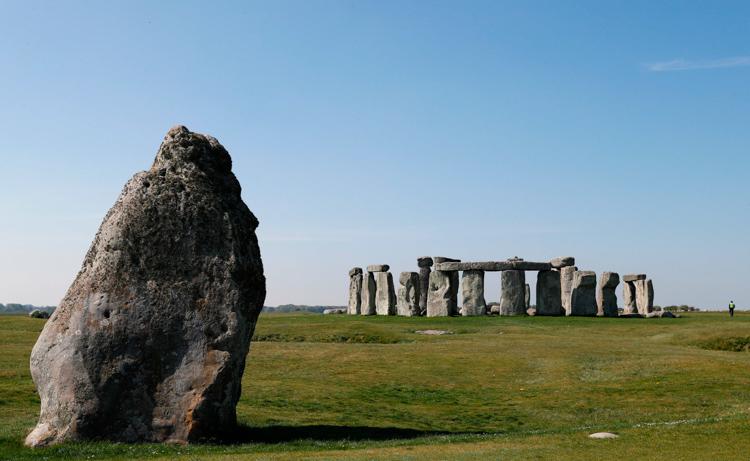 巨石阵附近发现新石器时代的坑洞