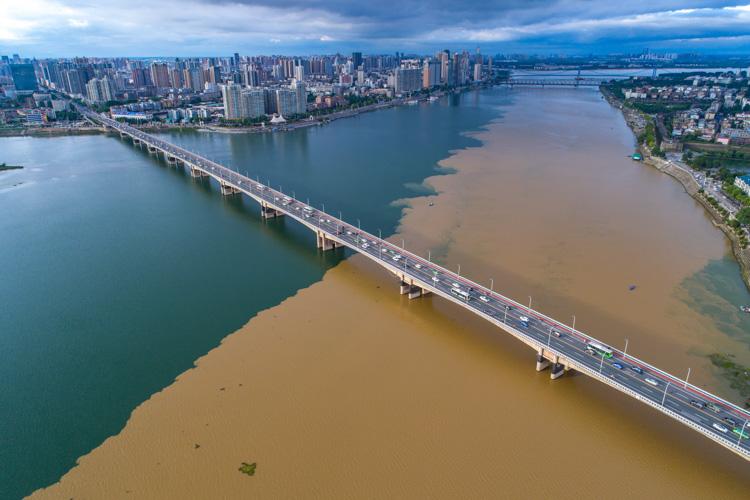 湖北漢江現半清半濁景觀