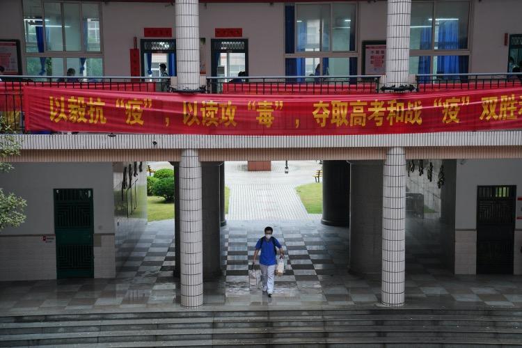一名武汉三中晴川校区的高三学生从教室搬走书本。