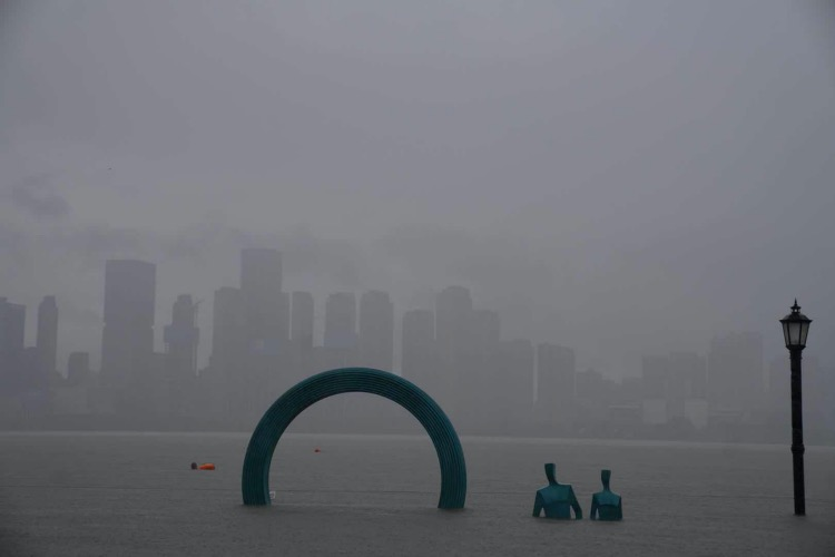 武漢漢口江灘的親水平臺被淹沒。