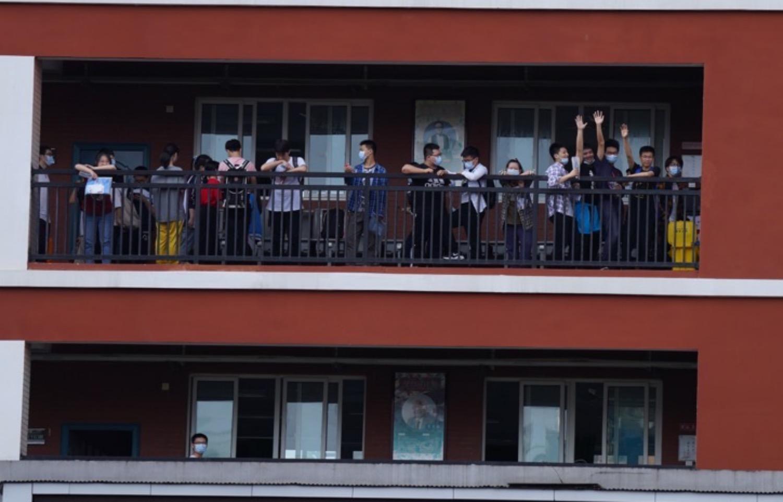 考試結束后,在樓道上歡呼的考生。