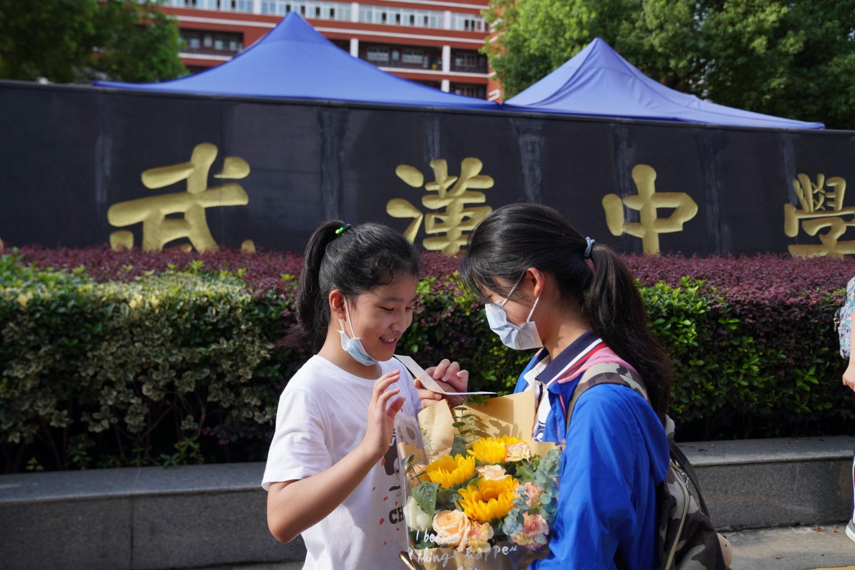 """一位考生收到一束帶向日葵的花束,寓意""""高考奪魁""""。"""