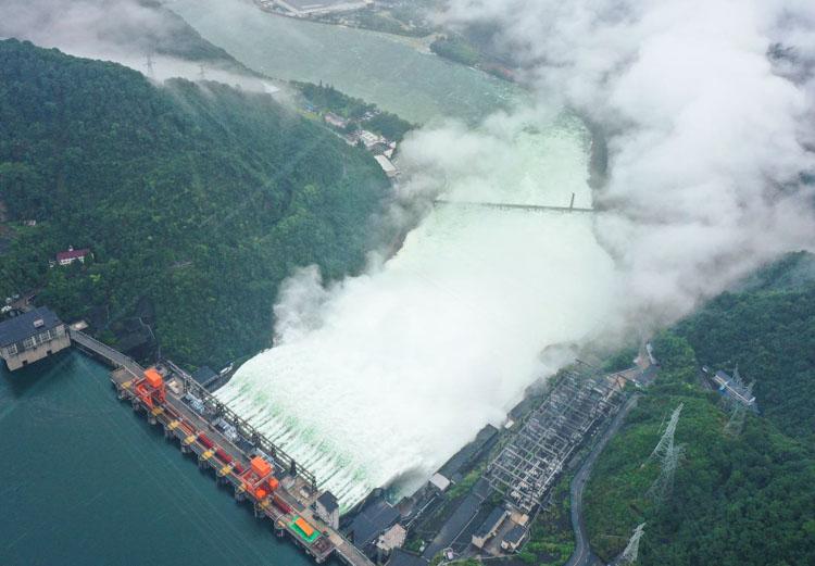 新安江首次九孔泄洪