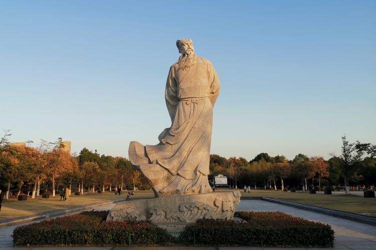 《斑斕志 | 蘇東坡與女人》關于詩人,我們仍然有許多無可回避處,比如蘇東坡的女性觀,就是一個謎底。圖為湖北省黃岡市黃州區遺愛湖公園蘇東坡紀念館前的蘇東坡塑像。
