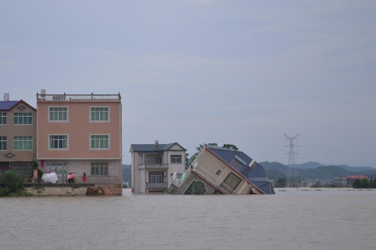 西河洪水決口,建在堤壩上的一棟房子被沖毀。
