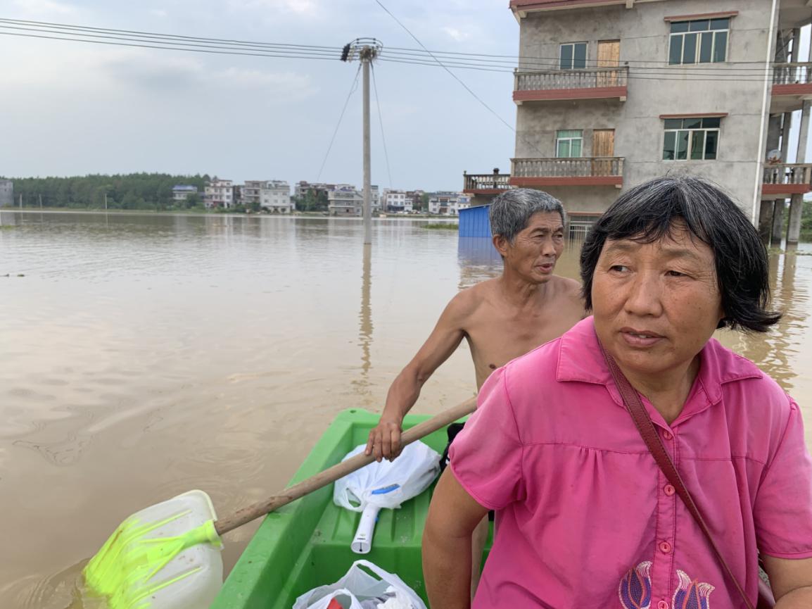 直擊江西洪水:留守村民樓房成孤島,每天劃船運回必需品02