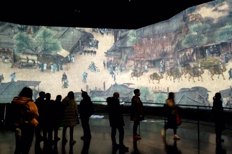 《斑斓志 | 北宋的俗世景象》宋徽宗年间的画家张择端所绘《清明上河图》,生动地再现了当时汴京的富丽景象和多姿多彩的市民生活。图为参观者在上海中华艺术宫观看欣赏多媒体版《清明上河图》。