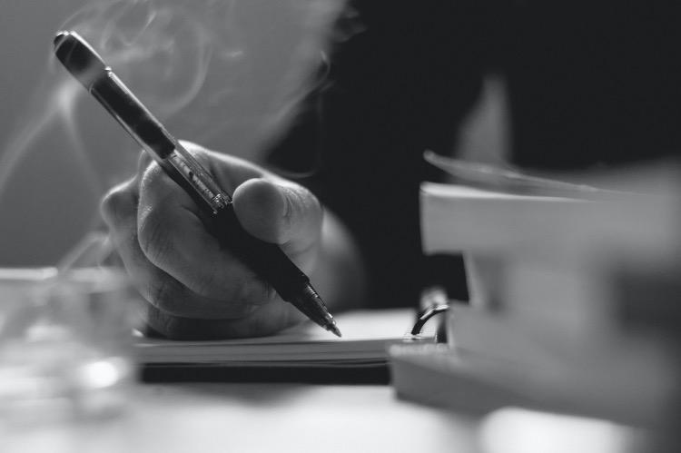 《文心   我的写作像考古》(图文无关)我常常把想要写的诗埋在心里,等待很长时间,让它们在潜意识的地层里自己生长,直到我终于确定要写它。