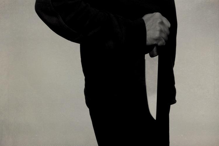 《先发制人反杀施暴者,谋杀乎误杀乎防卫乎?》(图文无关)正因为在被施暴的时刻无法做到自卫,那么提前计划的自卫就成为必须,而不应该用普通谋杀案件中的犯罪意识标准来进行评判,须降级到误杀的评判标准。