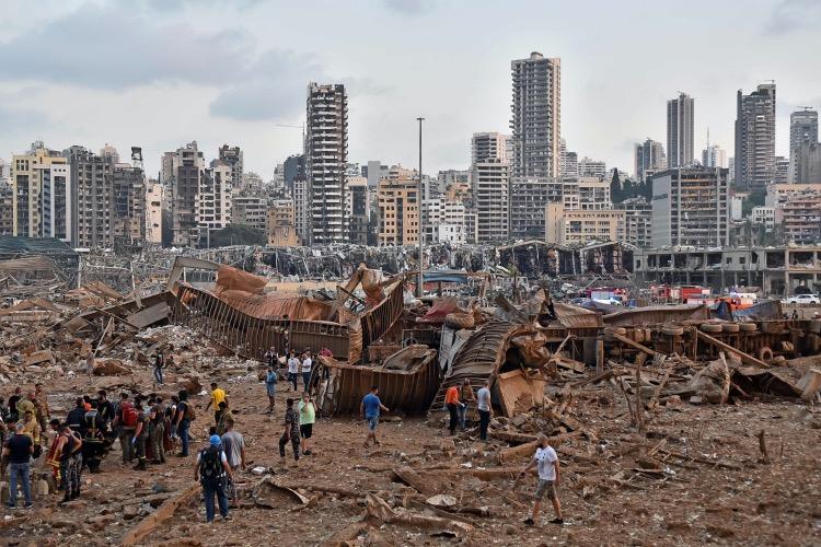 当地时间2020-08-05下午18时左右,贝鲁特港口发生第一起爆炸事故,随后的第二起爆炸事故破坏力要比第一起强得多。
