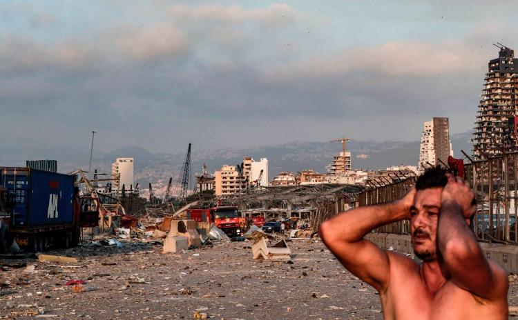 一名贝鲁特市民面对爆炸造成的废墟表现得不知所措。
