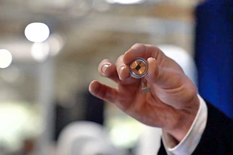 """《對""""腦機接口""""應該潑一點冷水》日前,Elon Musk發布了Neuralink""""腦機接口""""研發的最新進展:在豬身上實驗成功,下一步將植入人腦。圖為硬幣大小的芯片。"""