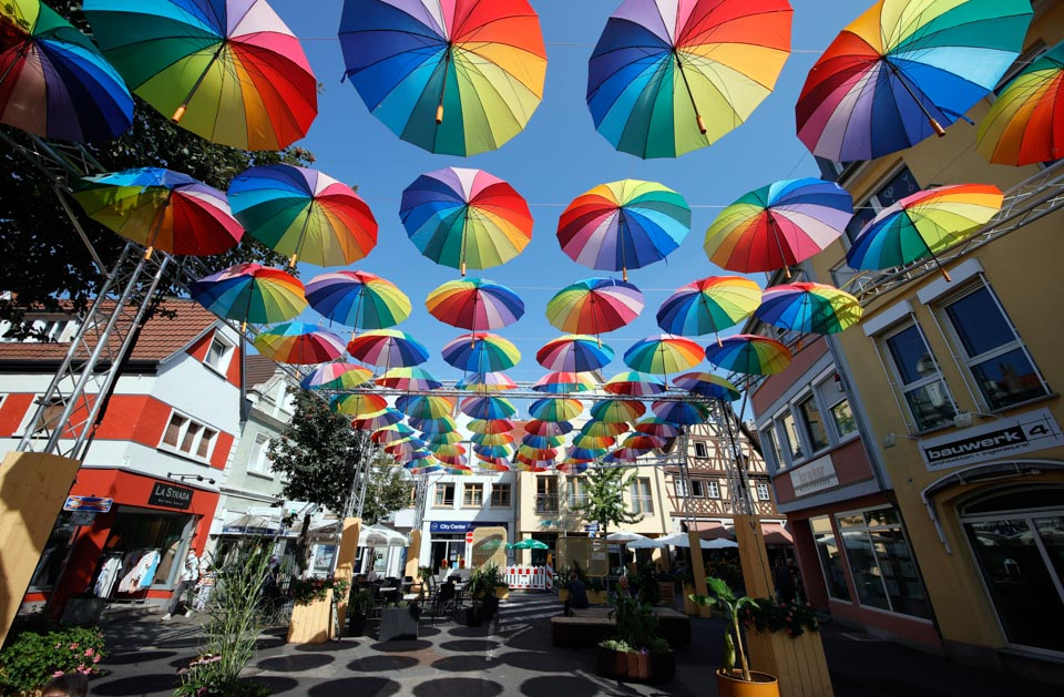在彩伞大道上行走是什么感受