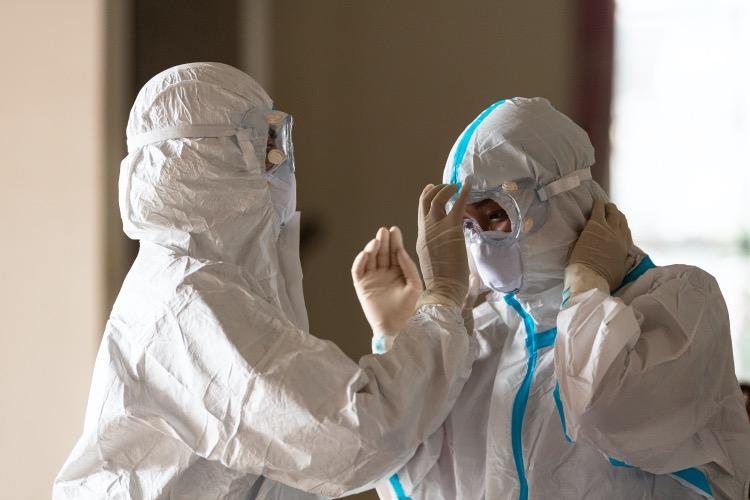 核酸检测人员下沉到村寨社区在做好防护措施的前提下对村民进行检测。