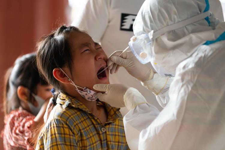 2020年9月15日,在一处核酸检测现场,正在进行取样的小朋友有点害怕、哭了起来。