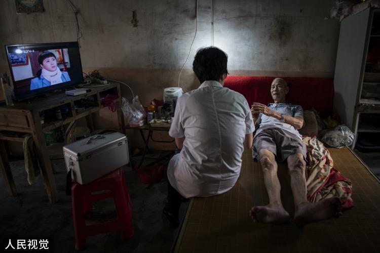 王锦萍来到岛上一名独居老人家中,为他检查身体。岛上常住居民400多人,近半数是超过65岁的老年人,王锦萍定期就去巡诊一番。