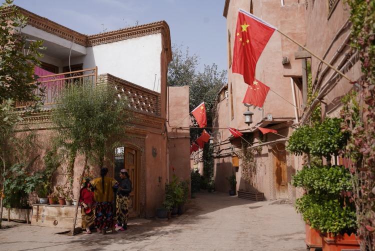 喀什古城家家戶戶懸掛國旗,慶祝國慶節。