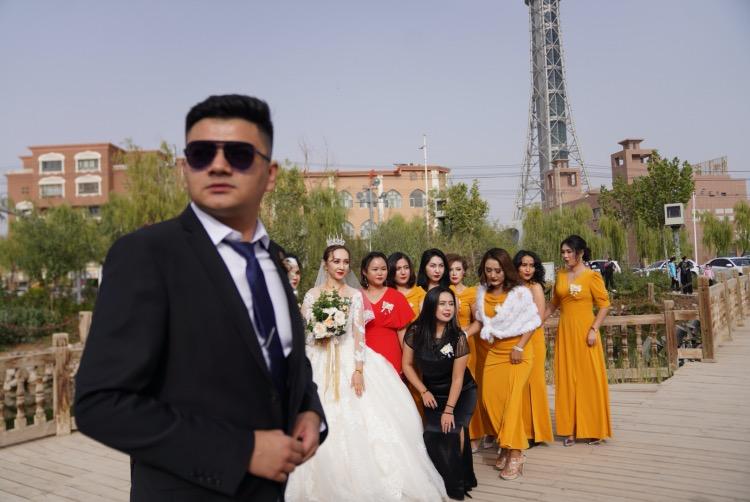 喀什新娘在喀什古城外拍攝婚紗照。