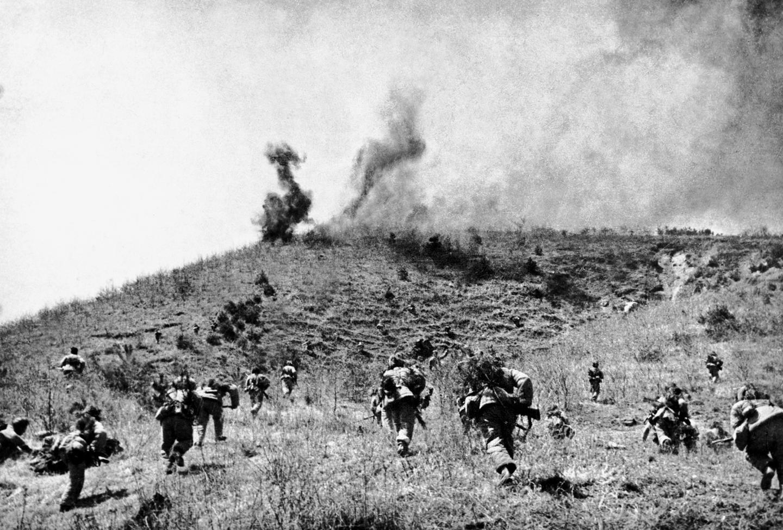 1950年10月至1951年6月,中朝军队连续发动五次战役,共歼敌23万余人,将敌人赶回三八线,敌我双方转入战略对峙。这是志愿军某部渡过汉江后围歼残敌。新华社