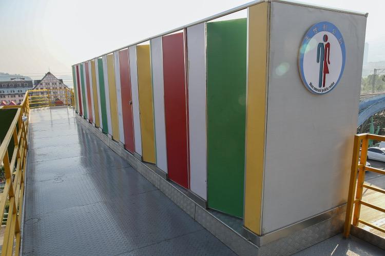 《依我之見丨標志方便識別,才是文明的標志》圖為重慶涪陵區藺市鎮一排建在天橋上的公廁。